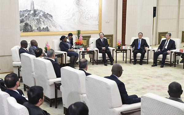 Huang Kunming meets with foreign delegates to South-South Human Rights Forum